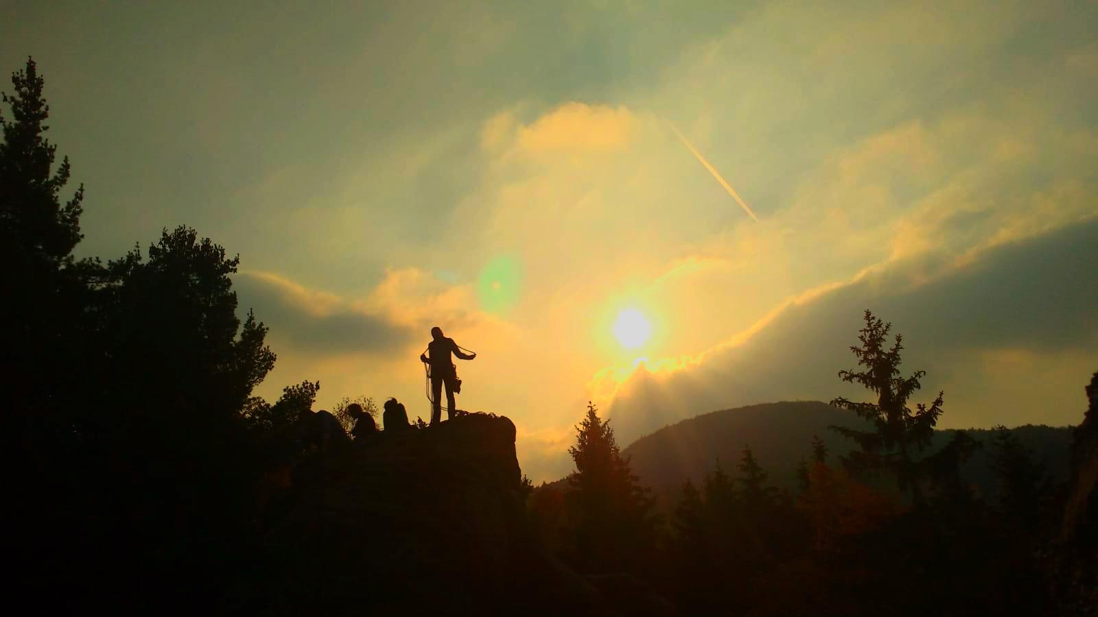 Siluette Gipfelerlebnis vor dramatischen Sonnenuntergang