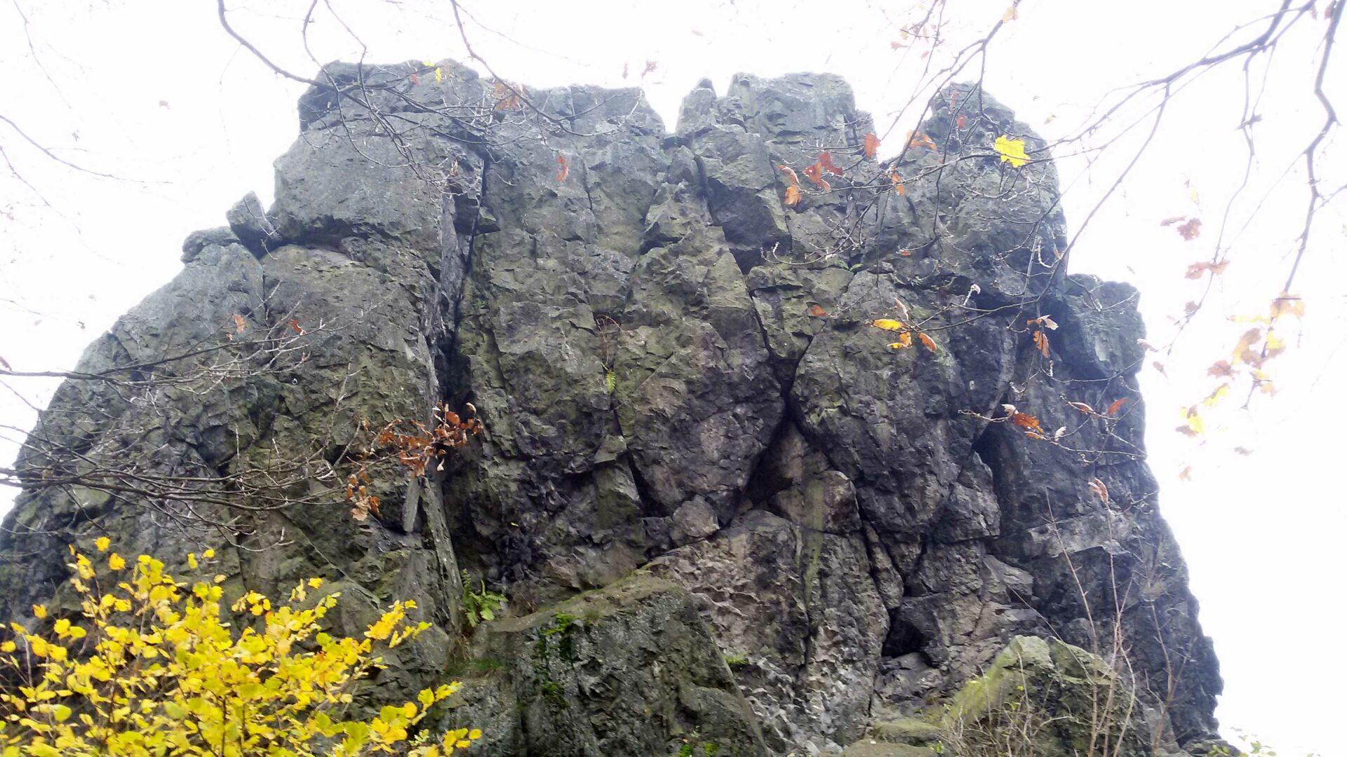 Blick von der Schartenseite auf den Gipfelaufbau
