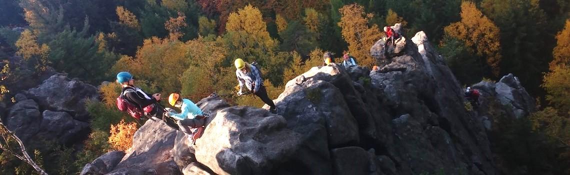 Mehrere Leute klettern an einem Felsen