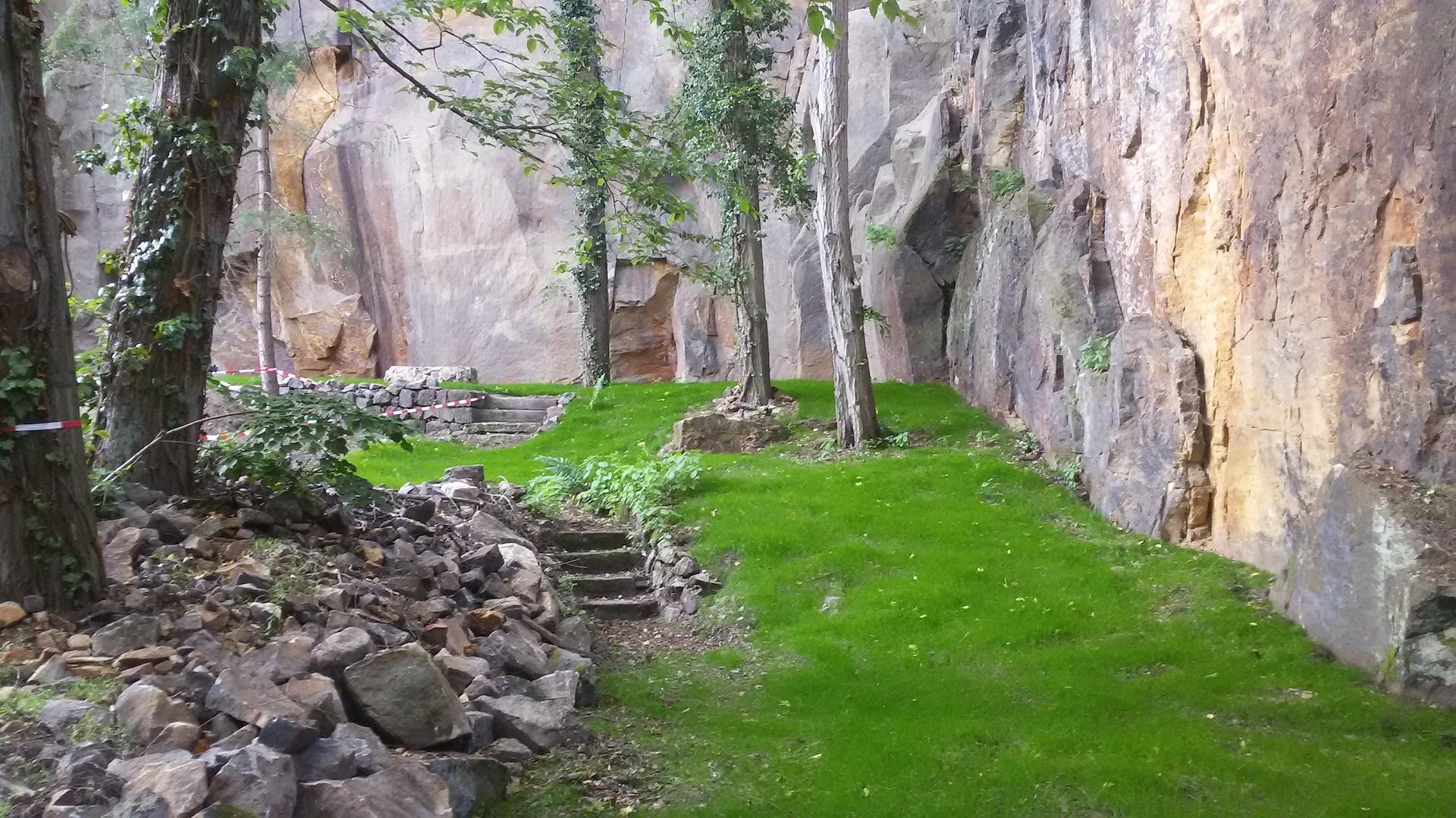 Der Klettergarten in Liebethal mit frisch eingesätem Rasen.