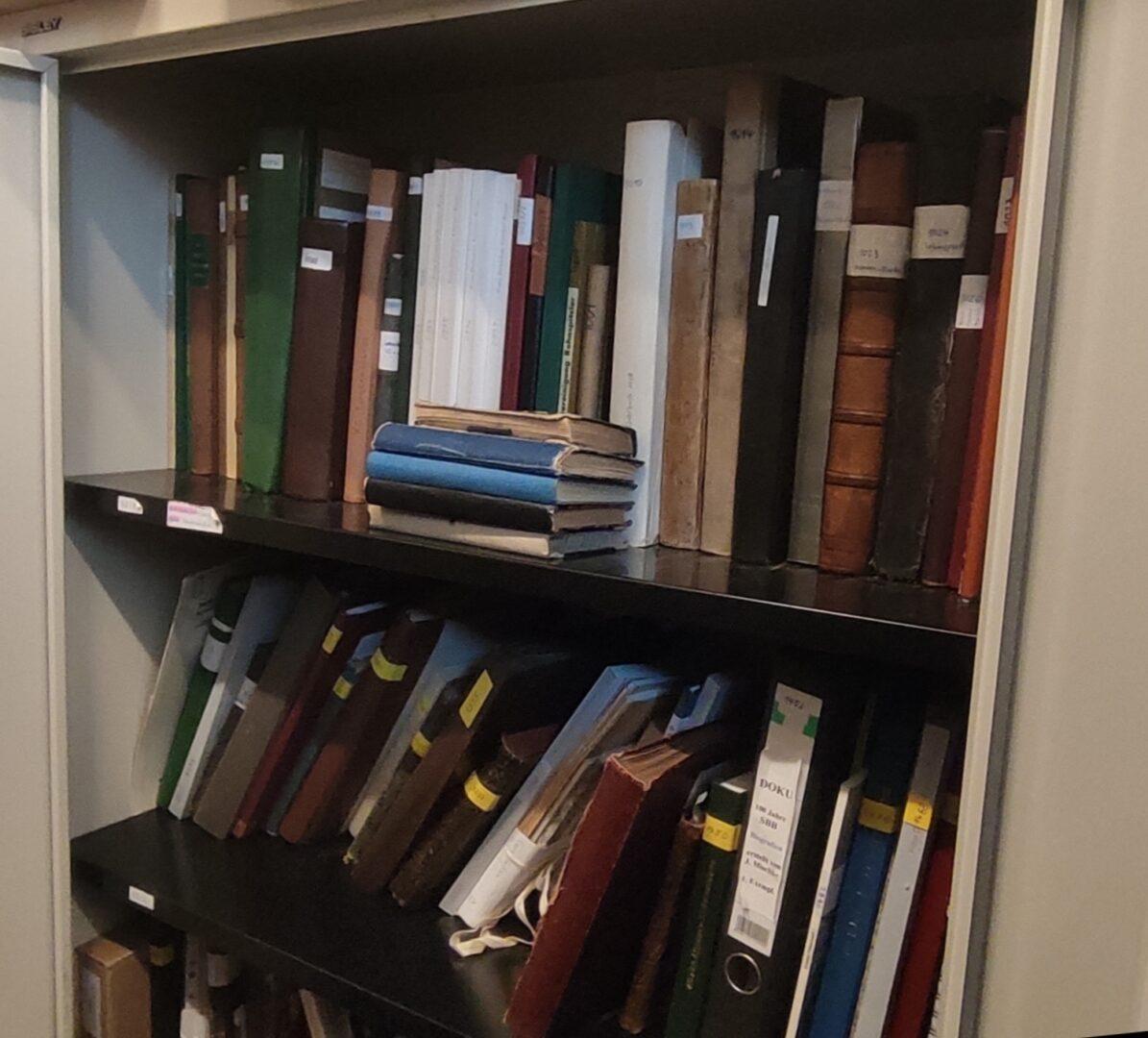 Verschiedene Bücher in einem Schrank des Archiv